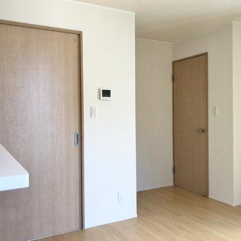 【LDK】奥がbedroomで、左手前がサニタリーです。※写真は3階の同間取り別部屋のものです