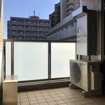 椅子を置いて、外の空気に当たるのも良いですね。※写真は3階の同間取り別部屋のものです