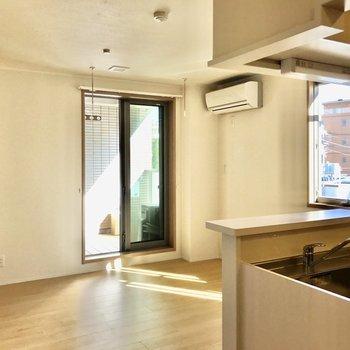 【LDK】2面採光で風通しがいいんですよ。※写真は3階の同間取り別部屋のものです