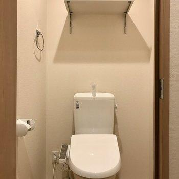 温水洗浄便座付きのトイレです。※写真は3階の同間取り別部屋のものです