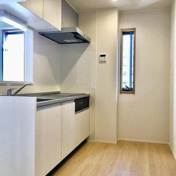 【LDK】2人でも料理できそうな広さです。※写真は3階の同間取り別部屋のものです