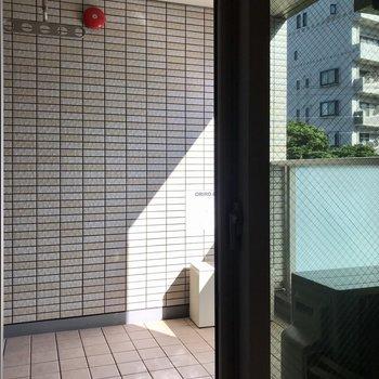 左上に物干し受けがあります。※写真は3階の同間取り別部屋のものです