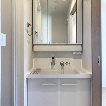 シンプルで清潔感のある洗面台。※写真は3階の同間取り別部屋のものです