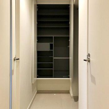 玄関、このゆとり。全身鏡付きのシューズBOXは容量だって侮れない。※写真は5階の同間取り別部屋のものです