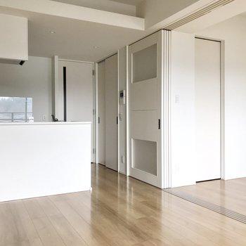 建具までも白。キッチンの後ろの扉は・・・?※写真は5階の同間取り別部屋のものです