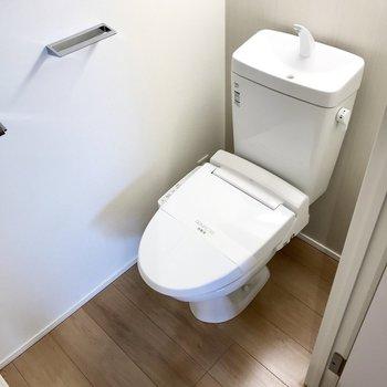 トイレはもちろんウォシュレット付き!扉付きの上部収納があるのでストックも隠せます。※写真は5階の同間取り別部屋のものです