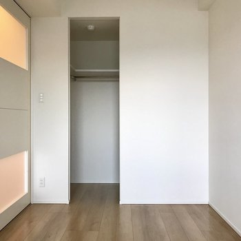 クローゼットの扉はスライド式なのでデッドスペースもないのです。※写真は5階の同間取り別部屋のものです