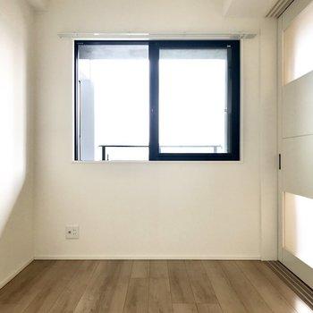 窓からはグリーンを垂らしたり。テレビも置けますよ。※写真は5階の同間取り別部屋のものです