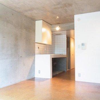 南向きで明るいです※写真は2階の反転似た間取り別部屋のものです