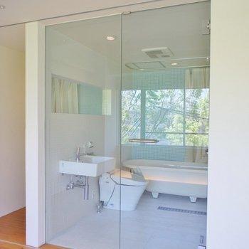 ガラス張りのスタイリッシュバスルーム♡