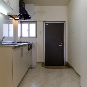 キッチンは二人ですれ違える広さ。