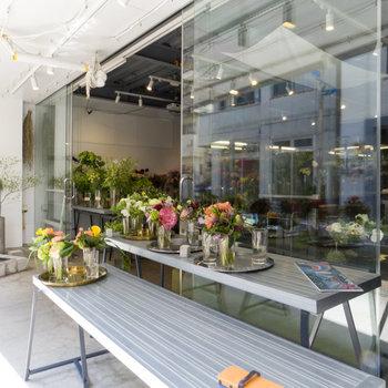 商店街でおしゃれな花屋を発見。どれを買おうかな?