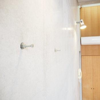 リビングと寝室には突起が。何を掛けようかな?※写真は2階の反転間取り別部屋のものです