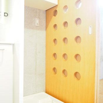 洗濯機はお隣に。※写真は2階の反転間取り別部屋のものです