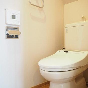 トイレは玄関横。しっかり個室です。※写真は2階の反転間取り別部屋のものです