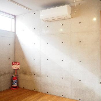 こちら寝室に。光が差す。※写真は2階の反転間取り別部屋のものです
