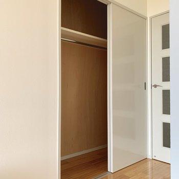 クローゼットは廊下側に。ひとり暮らしには十分な容量◎