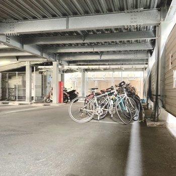 駐輪場は駐車場の奥に。屋根付きなので濡れないのがいいね!