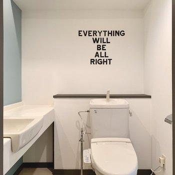 トイレは脱衣所に。トイレはもちろんウォシュレットつき。