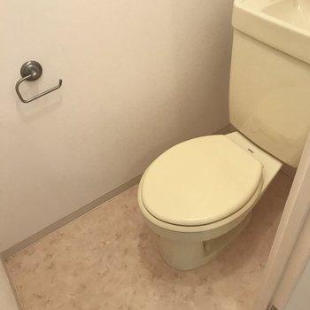 トイレは通常のタイプ。※写真は5階の反転類似間取り、別部屋のものです。