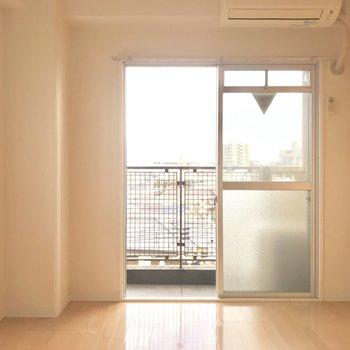 6帖と、最低限の広さとなってますがベッドやテーブルも置けますよ!※写真は5階の反転類似間取り、別部屋のものです。