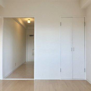 廊下とのあいだにとびらはありません。お好みのファブリックで目隠し!※写真は5階の反転類似間取り、別部屋のものです。