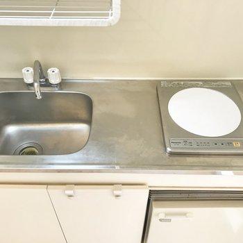 ギリギリの調理スペースもあります。※写真は5階の反転類似間取り、別部屋のものです。
