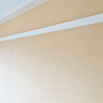 ペールオレンジのやさしいクロス。白い木の部分はインテリアや見せる収納に◎※写真は5階の反転類似間取り、別部屋のものです。