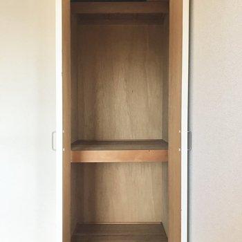 クローゼットは押入れを改造したもので、文句なしの奥行き。※写真は5階の反転類似間取り、別部屋のものです。