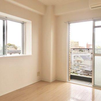 風通しもいい二面採光です!出窓に植物を置いてみたい。※写真は5階の反転類似間取り、別部屋のものです。