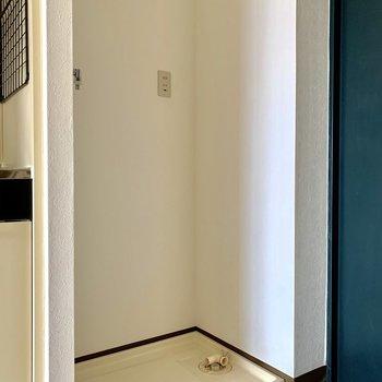 洗濯機置き場は玄関横です※写真は通電前のものです