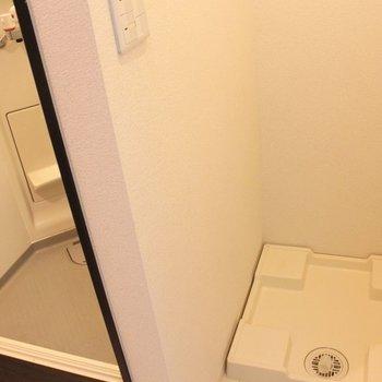 シャワールームのすぐ横に洗濯機置き場が。脱衣カゴいらずですね。※写真は1階同間取り別部屋のものです