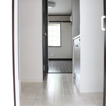 白とダークブラウンのコントラストがくっきり。※写真は1階同間取り別部屋のものです