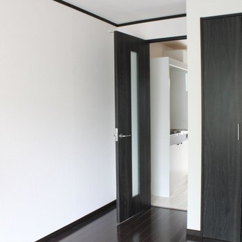 パキッとしたカラーコントラストにモダンを感じます。※写真は1階同間取り別部屋のものです