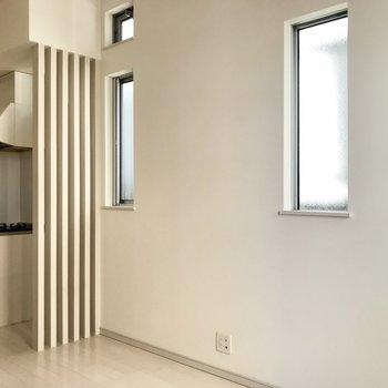 小窓が素敵。※写真は1階の同間取り別部屋、清掃前のものです