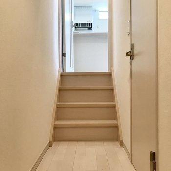 玄関から入って奥の階段を登ればリビングです!※写真は1階の同間取り別部屋、清掃前のものです