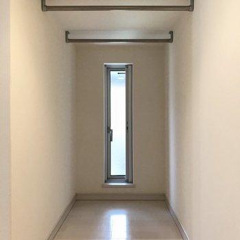 奥にはハンガーポールがついていました。※写真は1階の同間取り別部屋、清掃前のものです
