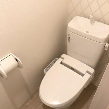 トイレだけ玄関側に!収納スペースもあります◎※写真は1階の同間取り別部屋、清掃前のものです