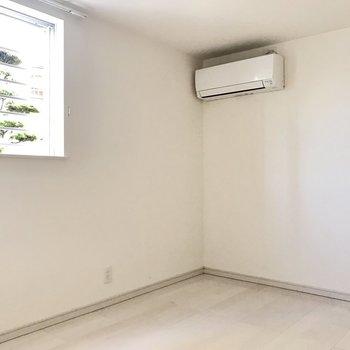 窓には格子があって侵入できないようになってます!安心。※写真は1階の同間取り別部屋、清掃前のものです