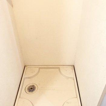 洗面台の向かい側に洗濯機が置けます。※写真は1階の同間取り別部屋、清掃前のものです