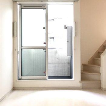 窓は安心のペアガラスなんです・・・!※写真は1階の同間取り別部屋、清掃前のものです