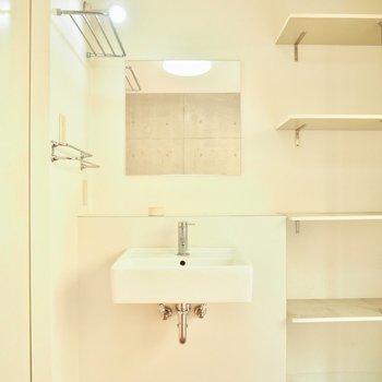 玄関横には洗面台が※写真はクリーニング前のものです