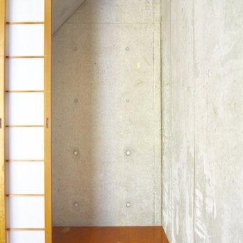 【洋室5.8帖】ここに隠れたら見つからなさそう※写真はクリーニング前のものです