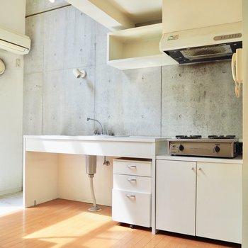 【LDK】コンクリートの壁と合う白いキッチン