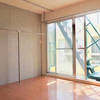【洋室8帖】見せるタイプの収納※写真はクリーニング前のものです