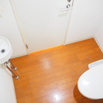 トイレとシンプルな手洗い場※写真はクリーニング前のものです