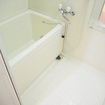 白い浴室※写真はクリーニング前のものです