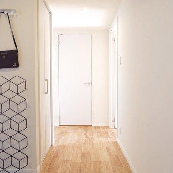 廊下も無垢をたっぷり使ってます※家具はサンプルです