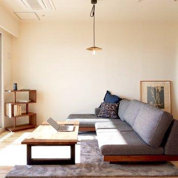 こちら側にはゆったりしたソファを※家具はサンプルです