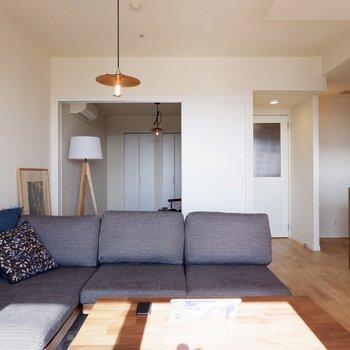 奥には引き戸で仕切れる洋室が※家具はサンプルです